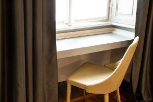 scrivania-finestra-guest-house-castello-milano
